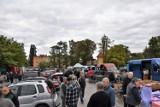 Tłum na targu w niedzielę w Sławnie. Królują gołębie, króliki, kaczki ZDJĘCIA