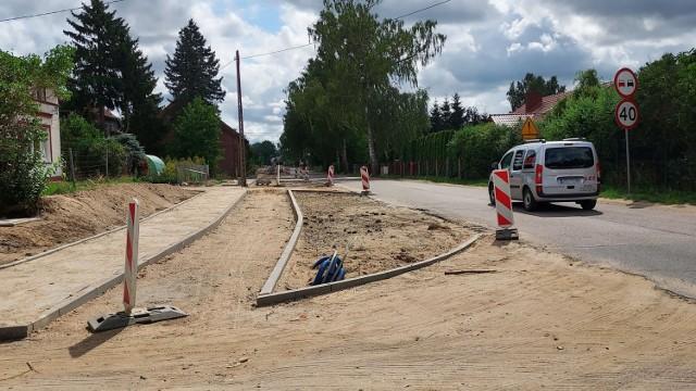 Prace trwają m.in. na ulicy Dzierżęcińskiej. Na odcinku od ulicy Palmowej do Lubiatowskiej trwa budowa chodnika, ścieżki rowerowej oraz oświetlenia.