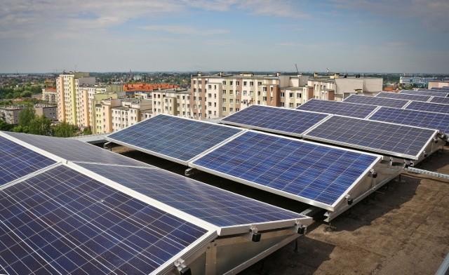 Wytwarzanie prądu i podgrzewanie wody z wykorzystaniem energii słonecznej ogranicza zanieczyszczenie środowiska
