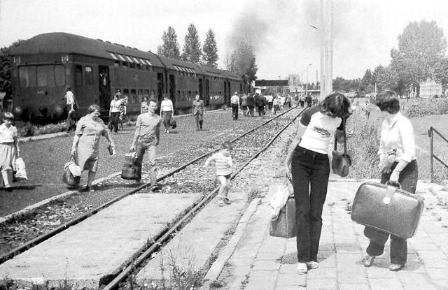 Stacja Rzeszów Osiedle, odjazd pociągu osobowego. Data: 6 lipca 1981 r.