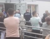 Nowy Tomyśl. Interwencja policji w nowotomyskim punkcie szczepień. Doszło do przepychanek