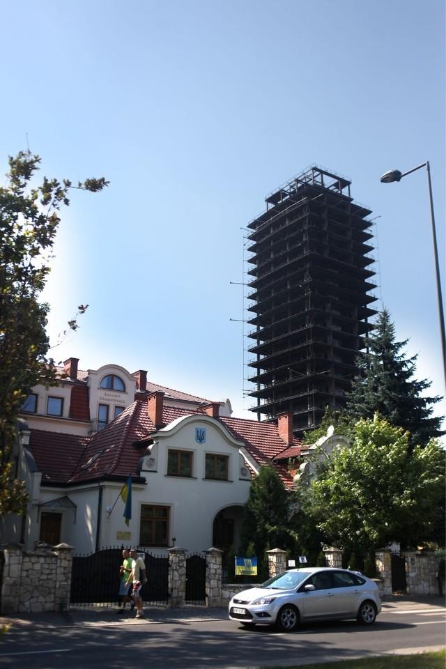 Na drugim planie budynek Salonów Krakowskich przy ulicy Beliny- Prażmowskiego (kremowy), którego część została wybudowana bez odpowiednich zezwoleń. Ich wydanie zablokowali właściciele szkieletora. Czy zablokowanie budowy wieżowca to odwet?