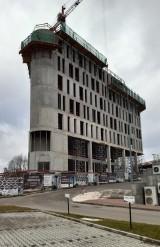 Trójkątny biurowiec rośnie w północnej części Katowic. To DL Tower przy alei Korfantego. Budynek będzie miał 14 kondygnacji!