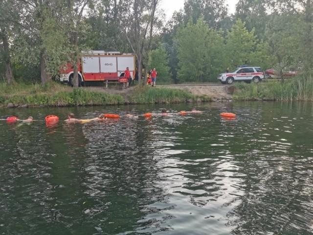 Akcja poszukiwawcza WOPR na Pogorii III w Dabrowie Górbniczej. ratownicy i płetwonurkowie szukają dwóch osób.  Zobacz kolejne zdjęcia. Przesuwaj zdjęcia w prawo - naciśnij strzałkę lub przycisk NASTĘPNE