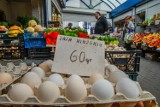 Czy jajka muszą być w lodówce? Jak długo można je przechowywać? Cena jajek idzie w górę [zasady]