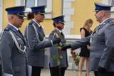 Święto Policji Śrem 2021. Medale, odznaczenia i awanse wręczono śremskim policjantom podczas uroczystej zbiórki przed komendą