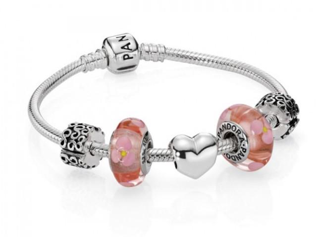 Piękna biżuteria to sprawdzony sposób na udany prezent. Na pewno każda kobieta będzie zachwycona. W Pandorze piękną bransoletkę kupicie już od 279 złotych.
