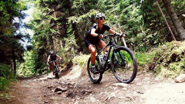 Roksana Sobina po pracy jeździ na rowerze MTB
