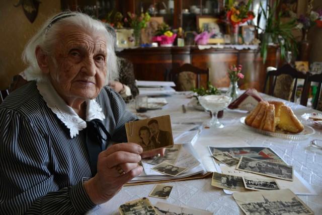 Jóźefa Krośnicka ze zdjęciem, do którego pozuje z przyszłym mężem