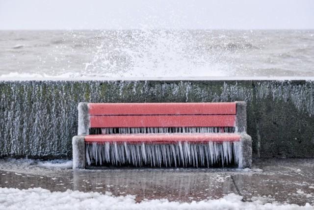 """""""Bestia ze Wschodu"""" - czy pogoda będzie taka straszna, jak zapowiadają, także na Pomorzu?  Wpływ wyżu syberyjskiego może okazać się mniej intensywny niż wynika to z zapowiedzi synoptyków.  Intensywny śnieg na Pomorzu:  W niedzielę, 3 stycznia 2021 r. Instytut Meteorologii i Gospodarki Wodnej wydał ostrzeżenie pierwszego stopnia dla województwa pomorskiego. Dotyczyło ono intensywnych opadów śniegu. W wielu miejscowościach województwa spadł biały puch, na drogach panowały trudne warunki.  Największe opady odnotowano tego dnia w Chojnicach – było to aż 10 cm śniegu!   Czytaj także: Śnieżyca na Pomorzu - ostrzeżenie IMGW  Co przyniesie """"Bestia ze Wschodu""""? Czytaj na kolejnych slajdach >>>  Jest także stanowisko IMGW!"""