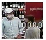 Kradzież w sklepie w Pruszczu Gdańskim. Policjanci szukają tych mężczyzn