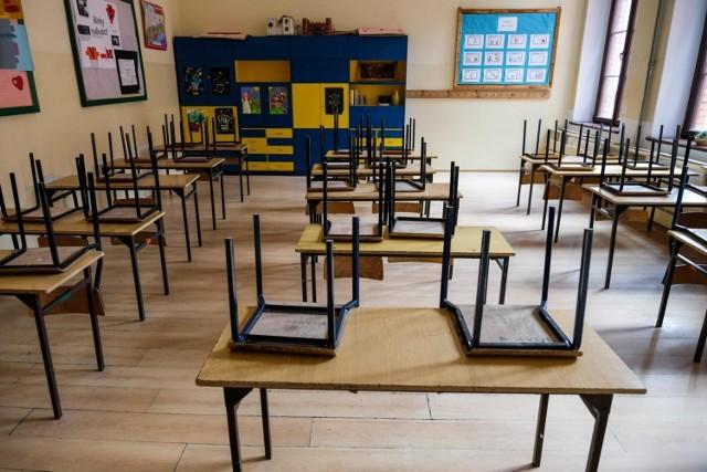 Minister edukacji przedstawił na konferencji prasowej harmonogram, według którego przeprowadzane będą egzaminy zewnętrzne. Zgodnie z nim egzaminy maturalne rozpoczną się 8 czerwca, a egzamin ósmoklasisty będzie przeprowadzony od 16 do 18 czerwca br. W tym roku nie będzie ustnych egzaminów maturalnych. Z kolei egzamin potwierdzający kwalifikacje w zawodzie potrwa od 22 czerwca do 9 lipca, a egzamin zawodowy zaplanowany jest od 17 do 28 sierpnia.   CZYTAJ WIĘCEJ >>>>  Harmonogram egzaminów zewnętrznych w 2020 roku. #matura2020 #egzaminosmoklasisty #egzaminzawodowy #egzamin @CKE_PL @PremierRP pic.twitter.com/qPO0JWiHHO— Ministerstwo Edukacji Narodowej (@MEN_GOV_PL) May 19, 2020