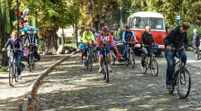 W sobotę z okazji Europejskiego Dnia bez Samochodu warto zostawić auto w domu i przesiąść się na przykład na rower.
