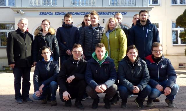 """Uczniowie klasy IV D buskiego """"Mechanika"""" - na zdjęciu z wychowawczynią Barbarą Kanią i dyrektorem szkoły Sylwester Pałką - mają już dzisiaj gwarancję dobrej pracy."""