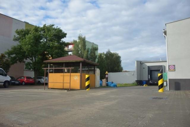 Biedronka zwraca uwagę, że samochody podczas rozładunku towaru muszą być włączone, aby działać mogły agregaty chłodnicze