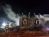 Stary Sącz pożar. Po zmroku palił się pustostan przy ul. Partyzantów. Od ognia mogły zająć się sąsiednie budynki [ZDJĘCIA]