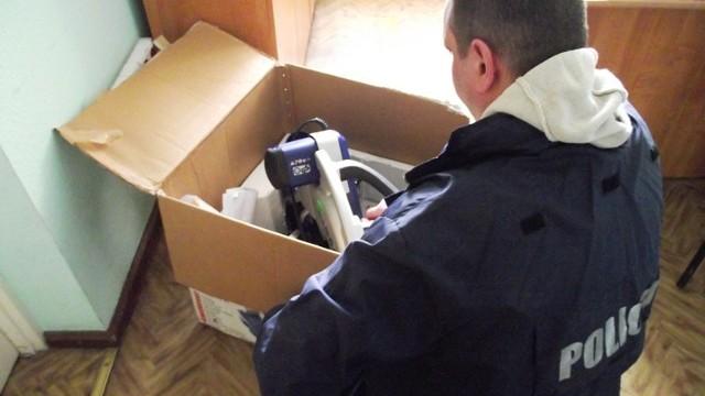 Wczoraj (28.02.13) policjanci zajmujący się walką z przestępczością gospodarczą inowrocławskiej komendy zatrzymali oszusta.   Z ustaleń funkcjonariuszy wynikało, że mężczyzna w miniony wtorek (26.02.13) w jednym ze sklepów w Inowrocławiu, na podstawie fałszywych danych o prowadzonej działalności gospodarczej i podrobionego potwierdzenia przelewu pieniędzy za zakupiony towar, wyłudził pilarkę wartą 2 000 zł.   Policjanci przypuszczali, że oszust będzie próbował szybko zbyć dalej narzędzie.     Policja Bydgoszcz - zatrzymanie oszusta