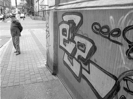 Nielegalnie malujący graficiarz może zostać ukarany grzywną nawet do 5 tysięcy złotych. Fot: MAGDALENA CHAŁUPKA