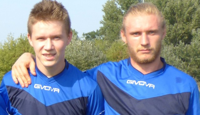 Jakub Kopacki (z lewej) strzelił trzy bramki dla Tempa Pacanów, Konrad Kopacki - dwie w niedzielnym sparingu z Grodem Wiślica.