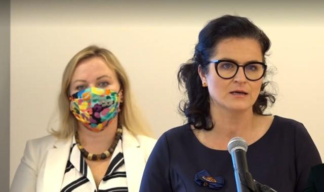 Radna Wszystko dla Gdańska Katarzyna Czerniewska oraz prezydent Aleksandra Dulkiewicz podczas konferencji prasowej w Hevelianum