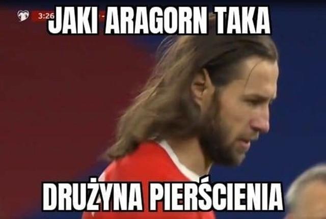 Memy po meczu Anglia - Polska   Polska przegrała z Anglią 2:1. Długo utrzymywał się wynik 1:1, co dało nadzieję na wywiezienie jednego punktu. Niestety 5 minut przed ostatnim gwizdkiem sędziego straciliśmy bramkę.  W piłkarskich memach internauci używali sobie z rozwianych włosów Grzegorza Krychowiaka. Nie zabrakło także memów o Robercie Lewandowskim, a właściwie jego braku na Wembley, oraz o Paulo Sousie. Pocieszaliśmy się natomiast tym, że w środowy wieczór przegrali nie tylko Polacy, ale także Niemcy i to nie z Anglią, ale z Macedonią Północną.  Zobacz kolejne memy. Przesuwaj zdjęcia w prawo - naciśnij strzałkę lub przycisk NASTĘPNE