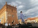 Sandomierz Fashion Street zachwycił. Wspaniały pokaz mody na rynku i tłumy ludzi [WIDEO, ZDJĘCIA]