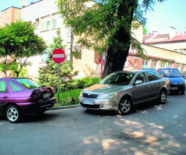 Przy bocheńskim szpitalu brakuje miejsc parkingowych - żalą się mieszkańcy powiatu