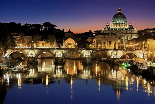 Nie ma na świecie miasta dorównującego Rzymowi bogactwem artystycznym, historycznym czy architektonicznym. Miasto jednoczące skrajności, stojące niegdyś na czele świata pogańskiego, a dziś będące centrum chrześcijaństwa. Piękno Rzymu zaklęte jest w budynkach i obrazach, fascynujących i magicznych miejscach, które każą wracać do Wiecznego Miasta.   Wylot: Chopin – Rzym-Fumicino, 19 kwietnia, 189 zł Powrót: Rzym-Fumicino – Chopin, 25 kwietnia, 279 zł Łącznie: 468 zł