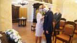 Ślub w czasie koronawirusa. Młodzi i goście w maseczkach
