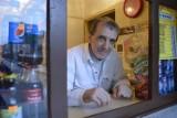 Kultowe jedzenie w Gorzowie: dużo, tanio i do syta. Hot-dogi ze ściany rządzą!