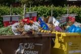 Bydgoszcz. Bałagan przy śmietnikach tuż przy Kwaterze Niezłomnych na cmentarzu na Kcyńskiej uprzątnięty