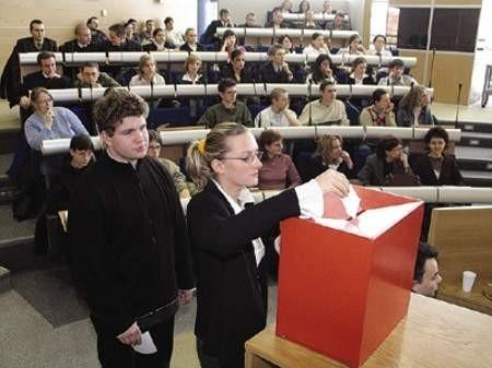 Michał Baran i Katarzyna Żoła podczas głosowania. Każdy mógł wybrać racje jednej z dwóch drużyn.