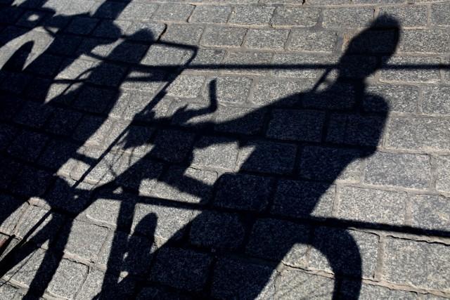 Do kradzieży rowerów dochodzi zarówno w ciągu dnia jak i w nocy. W większości przypadków giną one z otwartych klatek schodowych. Złodzieje wykorzystują nieskuteczne zabezpieczenia jednośladu, bądź jego całkowity brak. Sprawcy takich kradzieży mogą być wszędzie i tylko czekają na naszą niefrasobliwość.
