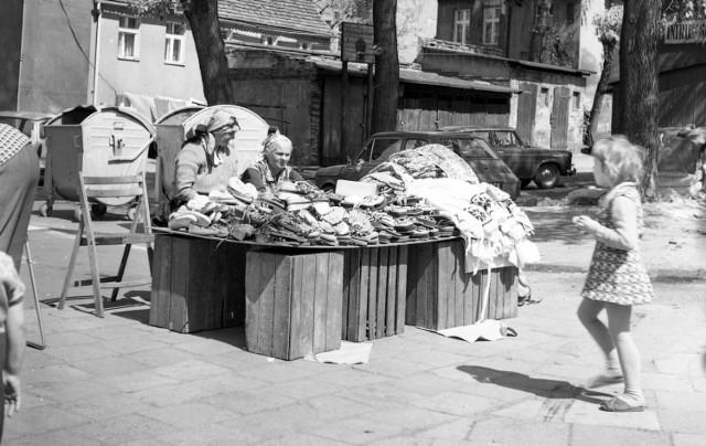 Dawniej na Placu Powstańców Wielkopolskich można było zrobić choćby zakupy. Całe to miejsce wyglądało zupełnie inaczej i jesteśmy pewni, że na pierwszy rzut oka nie każdy z was rozpoznałby na tych fotografiach okolice dzisiejszej Filharmonii >>>