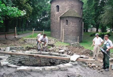 Odbudowa wieży (na pierwszym planie) już trwa. Później konserwatorzy zabiorą się  za dach Rotundy (z tyłu).
