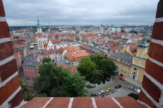 Zobacz Poznań i Stary Rynek z góry - wejdź na taras widokowy  Z wieży zamku na Górze Przemysła rozciąga się piękna panorama Poznania. Żeby ją zobaczyć, wystarczy wejść na specjalny taras. Zazwyczaj trzeba kupić bilet, ale nie zniechęcajcie się! Bezpłatnie taras i znajdujące się w zamku Muzeum Sztuk Użytkowych można zwiedzać we wtorki.  Przejdź dalej i poznaj kolejne atrakcje --->