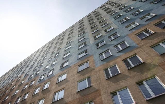 Przejdź do kolejnych zdjęć, żeby zobaczyć wykresy porównujące polskie mieszkania z europejskimi. Naciśnij strzałkę w prawo lub przycisk NASTĘPNE.