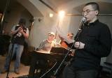 Maj miesiącem warszawskich poetów. Młodzi ludzie zachęcają do łączenia poezji z gitarowym brzmieniem