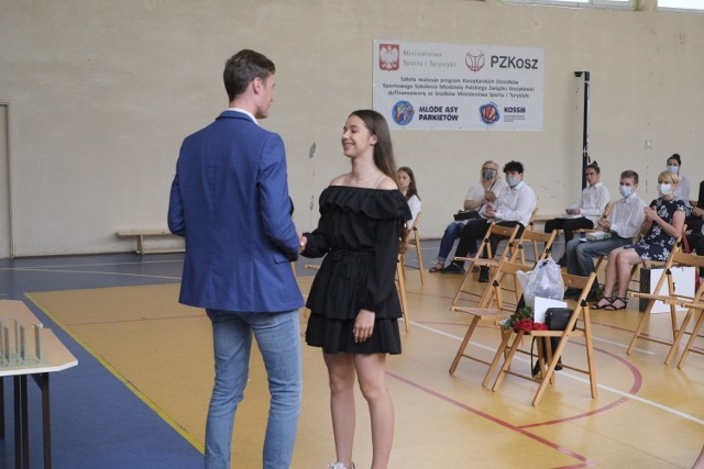 W piątek, 25 czerwca zabrzmiał ostatni dzwonek, a w szkołach odbyły się uroczystości z okazji zakończenia roku szkolnego. Nasz fotoreporter udał się do Szkoły Podstawowej nr 51 w Poznaniu.