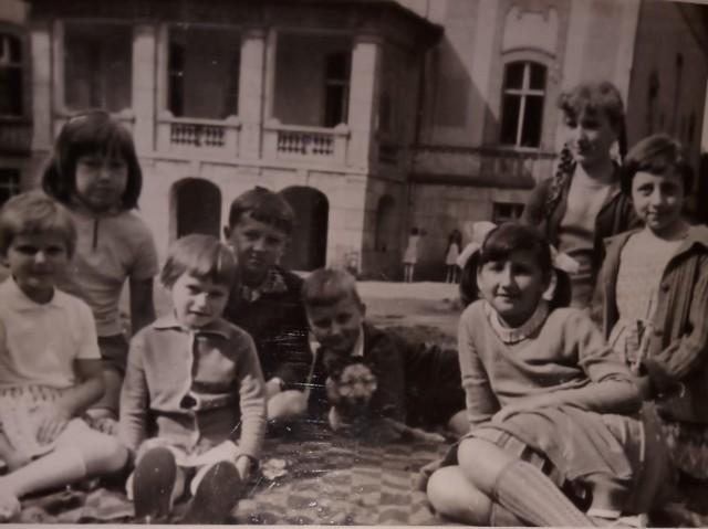 – To przedszkole mieściło się w Parku Odry, a obok było wejście do żłobka, bo do tego przedszkola chodziłam z młodszym bratem. Bardzo dobrze pamiętam! – wspomina pani Halina, kiedy patrzy na zdjęcie roześmianych dziewczynek.