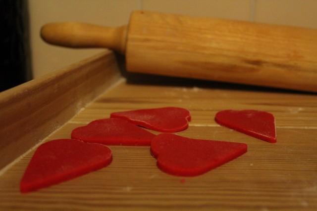 Ciasteczka na Walentynki - czego potrzebujemy? -1 kostka masła, -1 szklanka cukru pudru ( ja dałam pół szklanki i ciasteczka są mniej słodkie - pyszne!), -4 łyżki brązowego cukru, -1 jajo, -1 łyżeczka ekstraktu z wanilii, -3,5 szklanki mąki,  -0,5 łyżeczki proszku do pieczenia, -szczypta soli, -szczypta barwnika spożywczego w proszku.