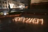 Działacze i sympatycy Platformy Obywatelskiej ułożyli napis 13 XII przy pomniku Popiełuszki w Kielcach. Zobaczcie zdjęcia
