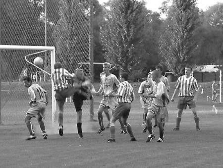 W tym momencie piłkarze Strażaka mogli przechylić szalę zwycięstwa na swoją stronę. Eugeniusz Chudziak nie zdołał jednak skierować piłki do bramki. wojciech w. wacŁawek