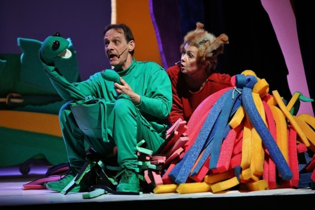 """W niedzielę w Teatrze """"Maska"""" w Rzeszowie, po długiej przerwie związanej z epidemii koronawirusa, będzie można zobaczyć spektakl  """"Wystarczy być""""."""