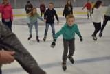 Ślizgawka w Dębicy. Tak bawią się mieszkańcy na miejskim lodowisku. Zdjęcia!