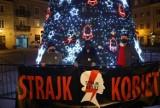 Strajk Kobiet w Piotrkowie zawiesił bombki na miejskiej choince w Rynku Trybunalskim i nakleił choinki na biurze PiS [ZDJĘCIA]