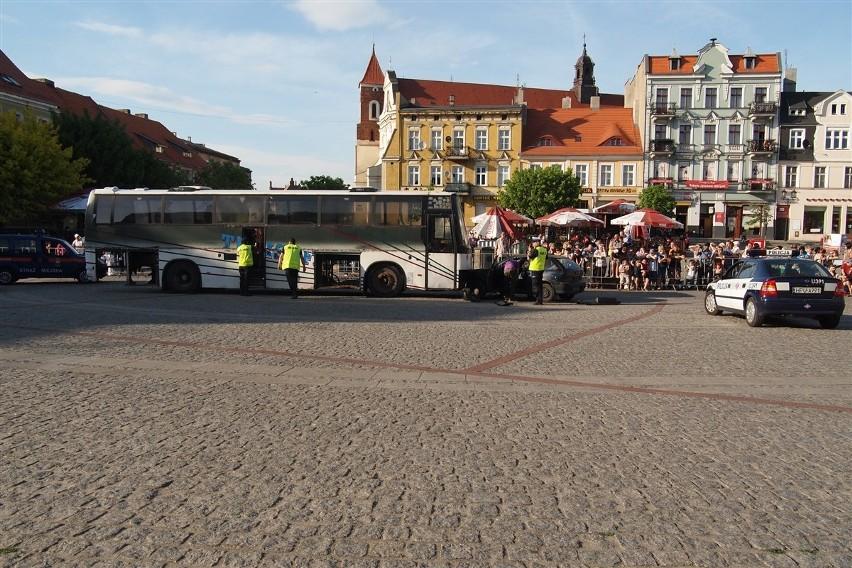 Gniezno: Wypadek autobusu, 30 rannych - tak wyglądał pokaz ratownictwa na Rynku