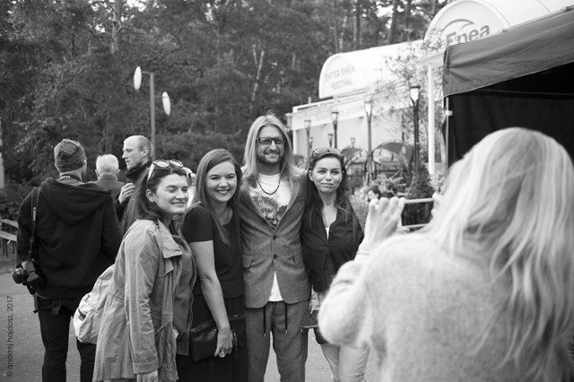 Dyrektor artystyczny festiwalu Leszek Możdżer chętnie przystawał na propozycje robienia sobie pamiątkowych zdjęć z fanami. fot. Andrzej Hajdasz