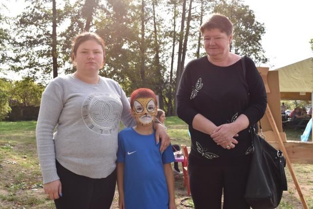 Ciocia i babcia starają się zapewnić dobrą przyszłość dla Krzysia, który stracił rodziców.