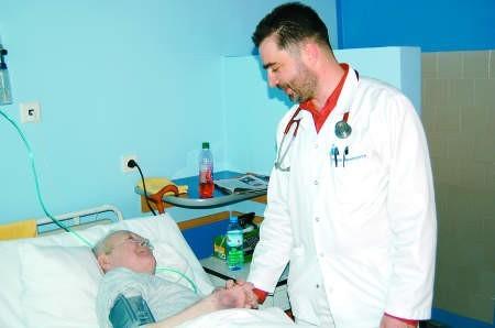 Paweł Haraziński zapewnia, że lekarze w Miastku nie odejdą od łóżek, na zdjęciu z pacjentem Janem Kulasem. fot. m. węsierski